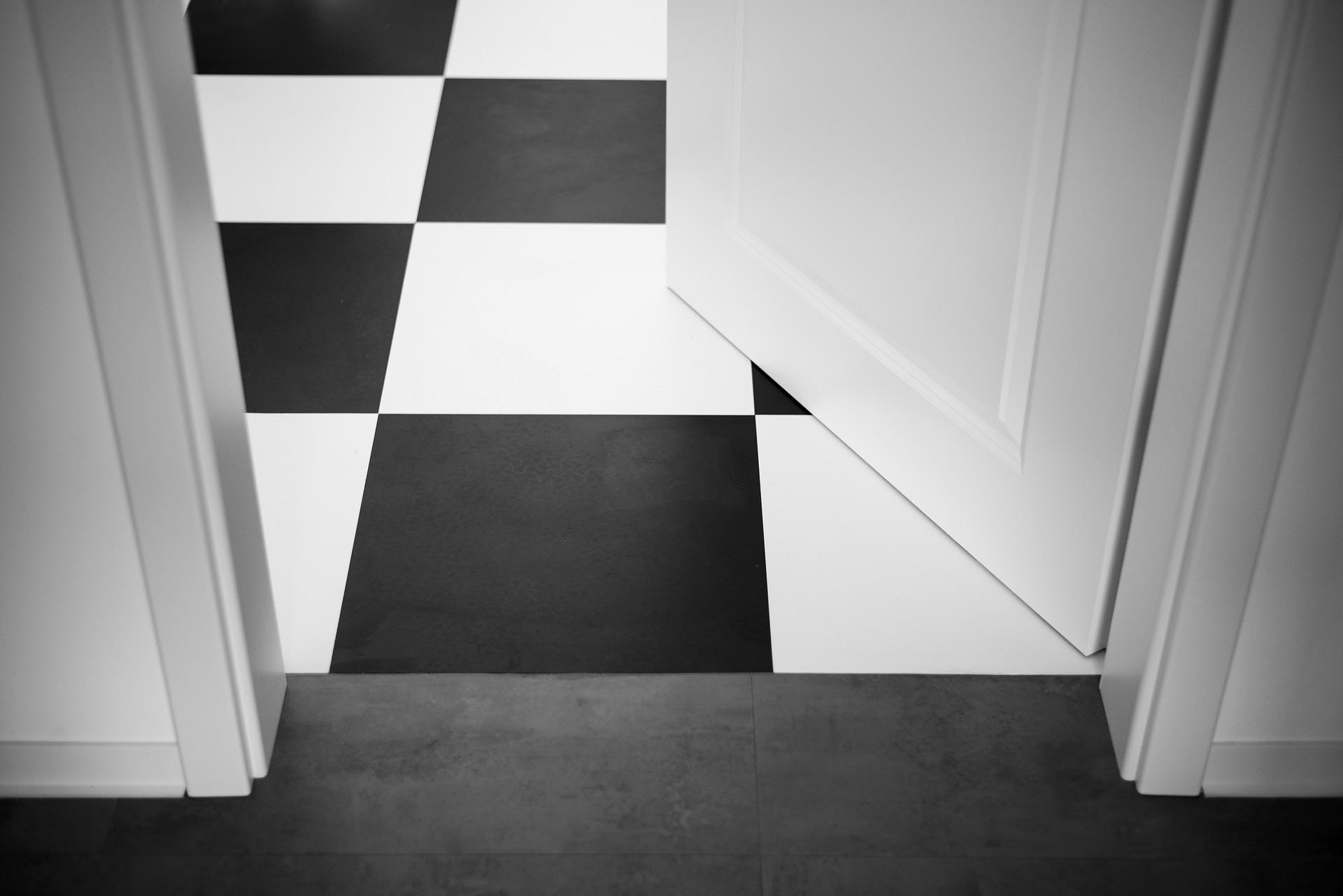 Offene Tür und Fußboden